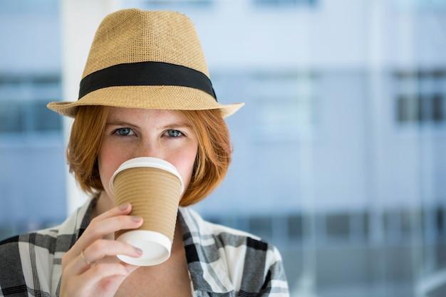 Moda hipster con un caffè in una tazza usa e getta