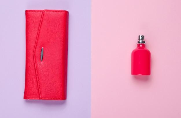Moda minimalista. accessori moda femminile. borsa di cuoio, bottiglia di profumo. vista dall'alto
