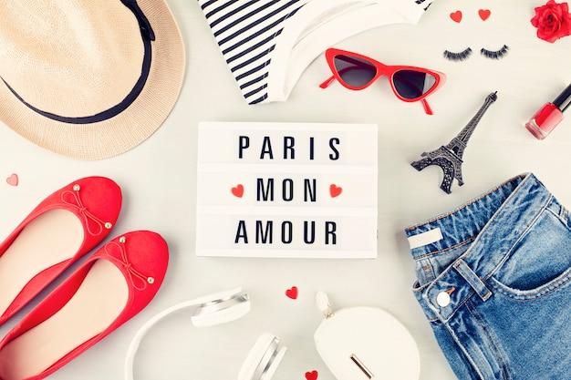 Moda piatta giaceva con outfit urbano di ragazze in stile francese con t-shirt, ballerine, occhiali da sole e jeans.