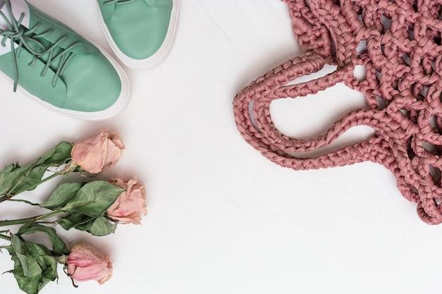 Moda piatta giaceva con scarpe comode, borsa a maglia