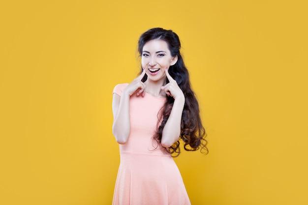 Moda ragazza asiatica. ritratto su giallo.