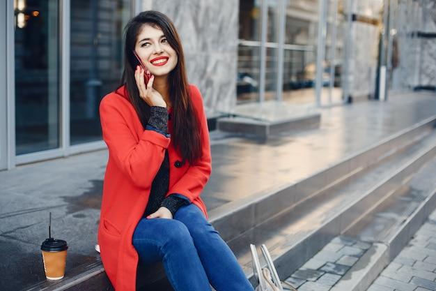 Moda ragazza che cammina in una città estiva
