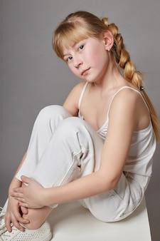 Moda ragazza con i capelli lunghi in abiti casual