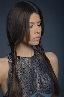 Moda ritratto di donna elegante. ragazza bruna trucco perfetto