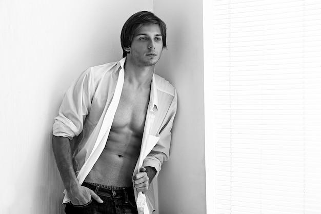 Moda ritratto di un giovane uomo modello