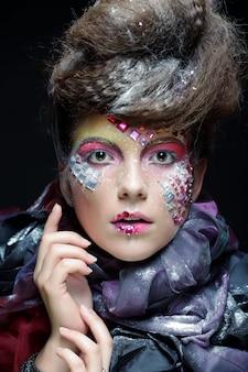 Moda ritratto di una bellissima modella con trucco creativo