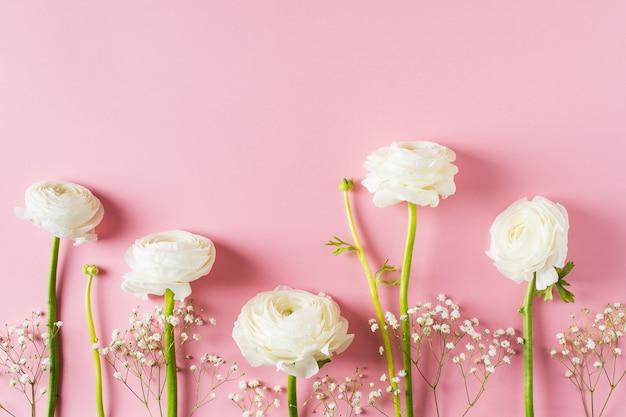 Moda rosa, fiori piatto lay sfondo per la festa della mamma, compleanno, pasqua e matrimonio