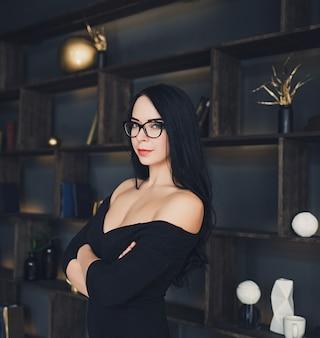 Modella bruna femminile