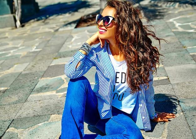Modella in abiti hipster estate in posa in strada