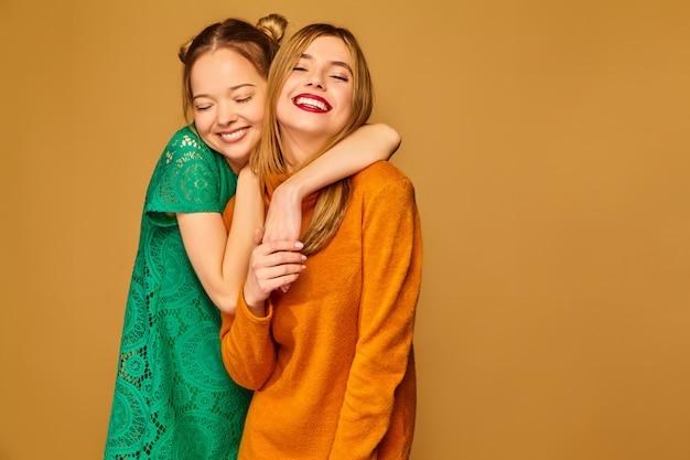 Modelle positive in posa con i loro abiti