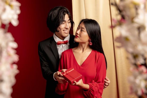 Modelli abbracciati per il capodanno cinese