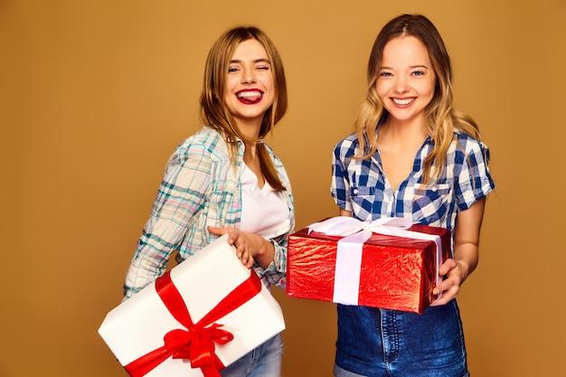 Modelli con grandi confezioni regalo in posa