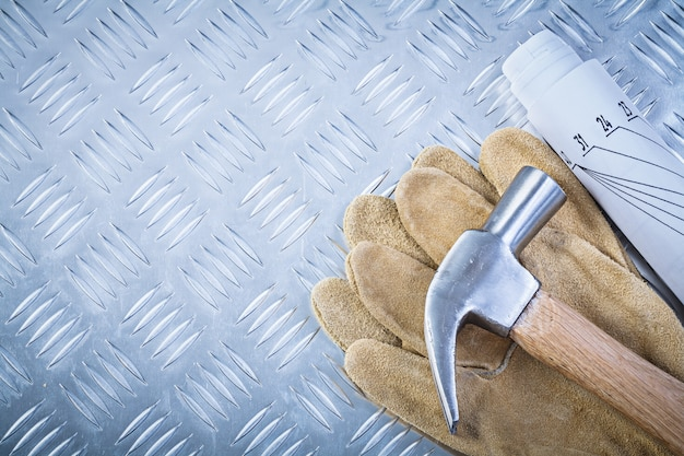 Modelli dei guanti di sicurezza del cuoio del martello da carpentiere sul concetto scanalato della costruzione della lamina di metallo