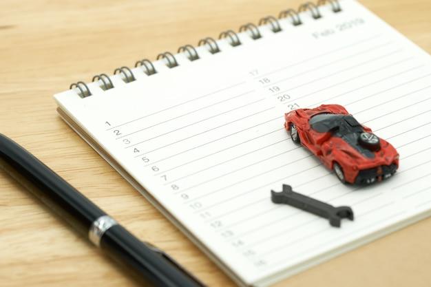 Modelli di auto e modelli di equipaggiamenti posizionati su una classifica di un libro (elenco). riparazione auto