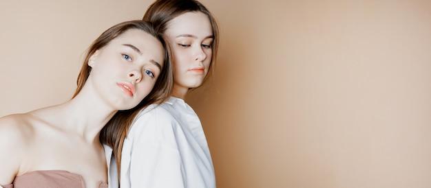 Modelli di bellezza moda due sorelle gemelle belle ragazze nude