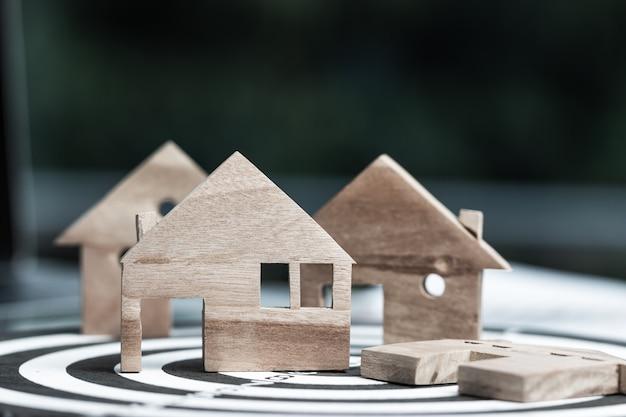Modelli di case in legno in miniatura sul bersaglio