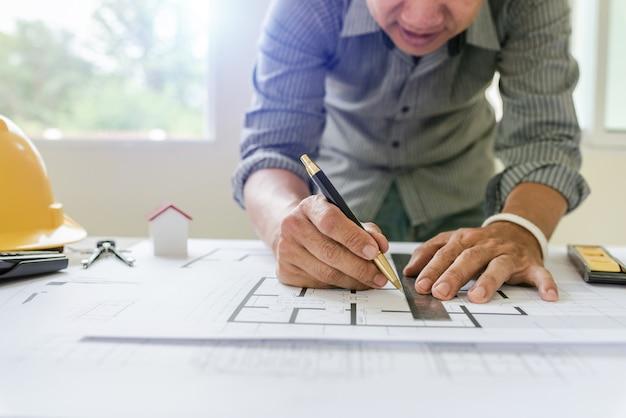 Modelli di designer e ingegneri che lavorano nell'ufficio di architetti.