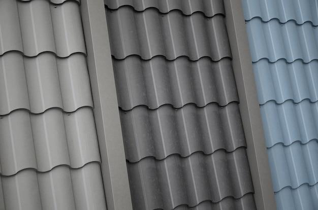 Modelli di tetto da mattonelle di metallo. diversi pezzi di copertura del tetto