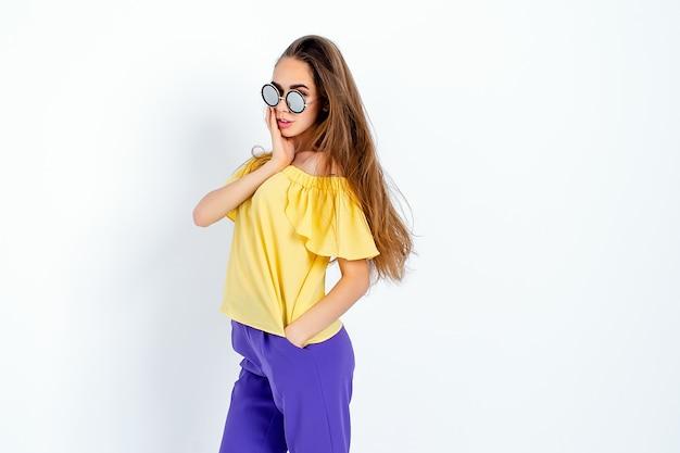 Modello adolescente con i capelli disordinati in posa in abiti casual