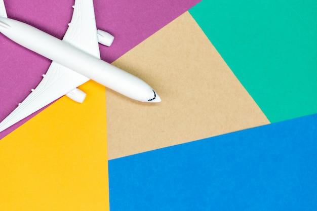 Modello aereo, aereo su colore pastello
