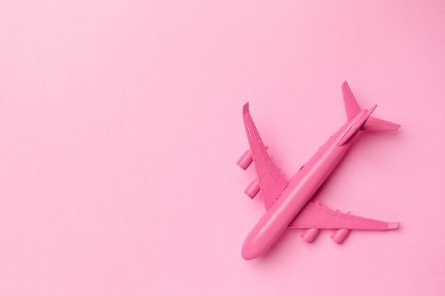 Modello aereo, aereo su colore pastello.