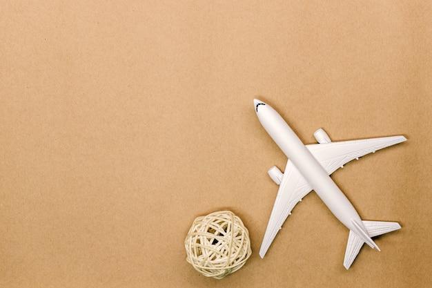 Modello aereo, aereo su sfondo di colore pastello