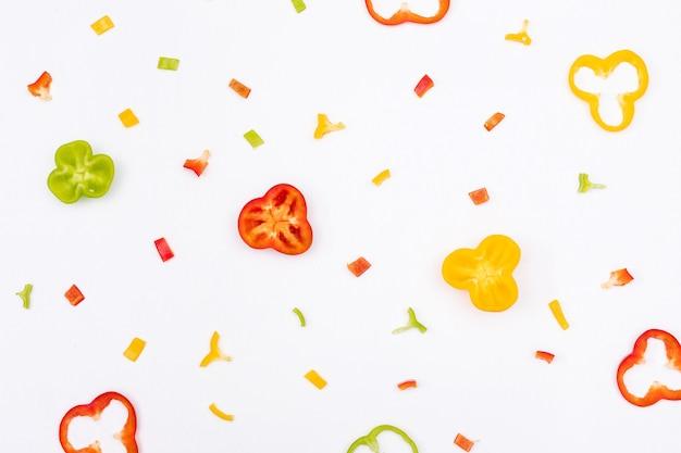Modello affettato e tagliato peperone del peperone dolce di vista superiore sull'orizzontale bianco