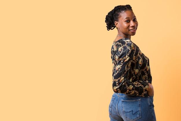 Modello afroamericano che guarda indietro
