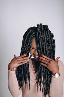 Modello afroamericano della donna in studio