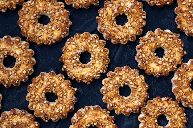 Modello alimentare di biscotti sulla tavola nera.