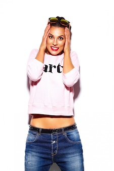 Modello alla moda di bella giovane donna alla moda con le labbra rosse in panno hipster maglione rosa