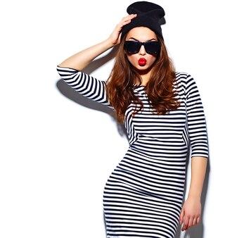 Modello alla moda di bella giovane donna sorridente felice alla moda di fascino con le labbra rosse in vestito dalla zebra
