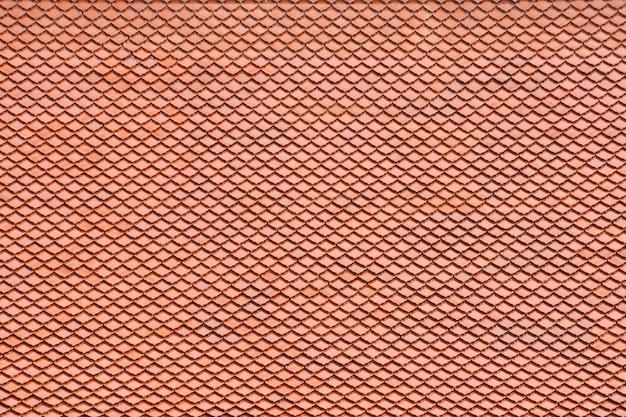 Modello arancio antico del tetto di mattonelle al tempio di buddha in tailandia