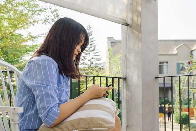 Modello asiatico sms di testo partecipazione