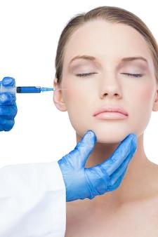 Modello attraente con iniezione di botox sulla guancia