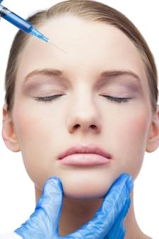 Modello attraente tranquillo con iniezione di botox sulla fronte