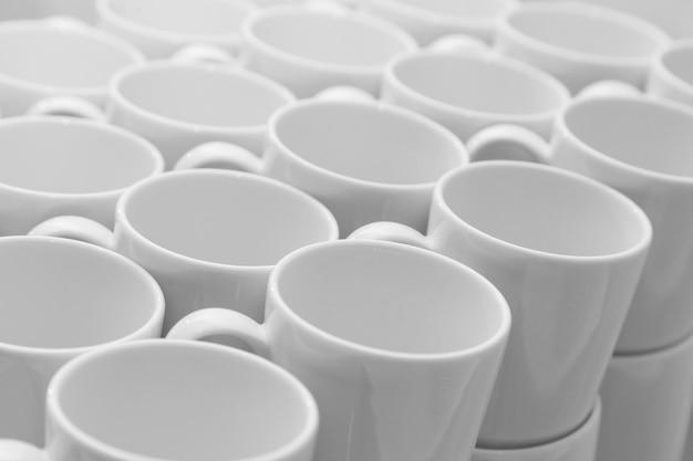 Modello bianco di tazze caramic, vista ravvicinata
