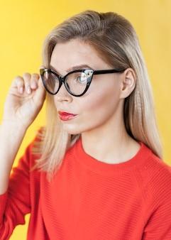 Modello carino che indossa occhiali vista laterale