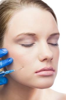 Modello carino e calmo con iniezione di botox sulla guancia