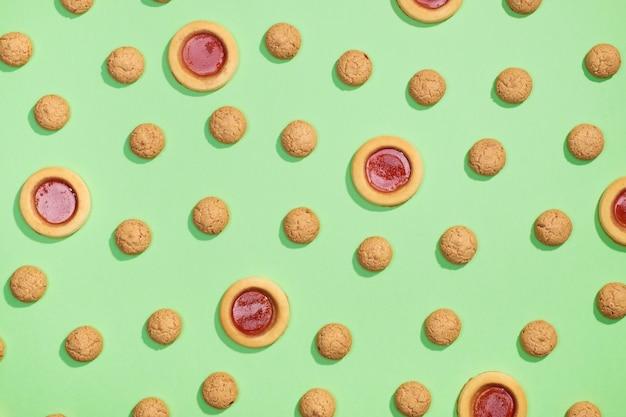 Modello casuale di biscotti piatti distesi