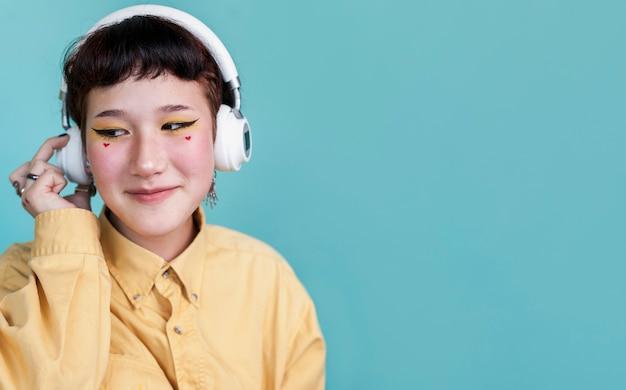 Modello che ascolta lo spazio della copia di musica