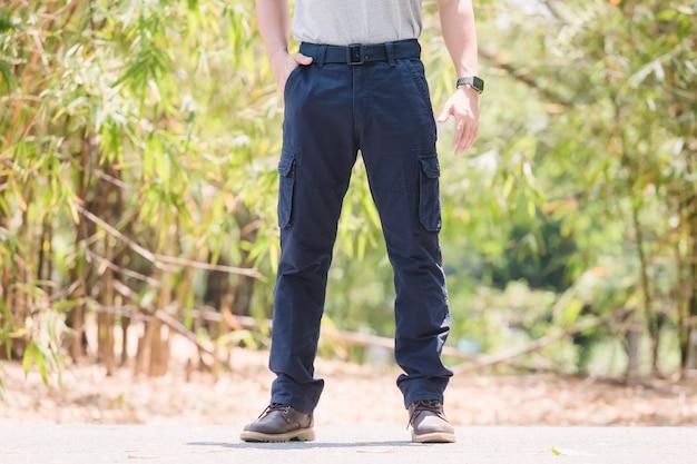Modello che indossa pantaloni cargo color blu o pantaloni cargo