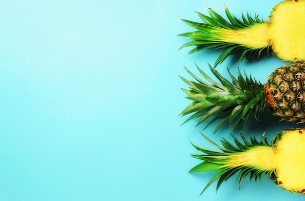 Modello con ananas brillante sul blu