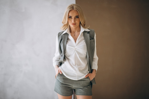 Modello da donna che mostra i panni