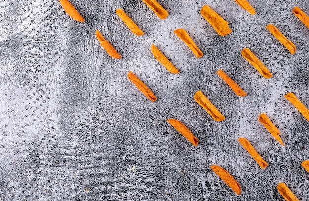 Modello dei chip di vista superiore con lo spazio della copia sull'orizzontale di pietra bianco