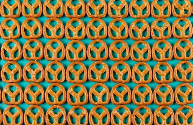 Modello dei cracker di vista superiore sull'orizzontale blu