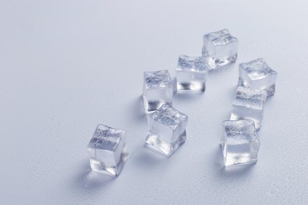 Modello dei cubetti di ghiaccio su fondo luminoso