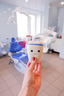 Modello dei denti delle varianti della staffa ortodontica o del tutore. dente sano. concetto di alimentazione sana visita mentale. il dente sta sorridendo. emozioni positive. uno stile di vita sano.
