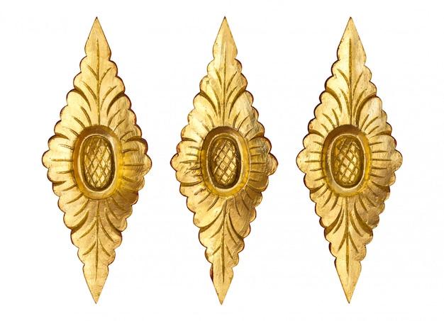 Modello del fiore scolpito legno dell'oro isolato su bianco