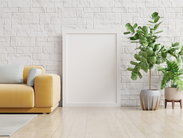 Modello del manifesto con la struttura verticale che sta sul pavimento nell'interno del salone con il sofà giallo.